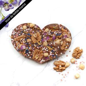 Handgemaakt chocolade hart met bloemen voor Moederdag