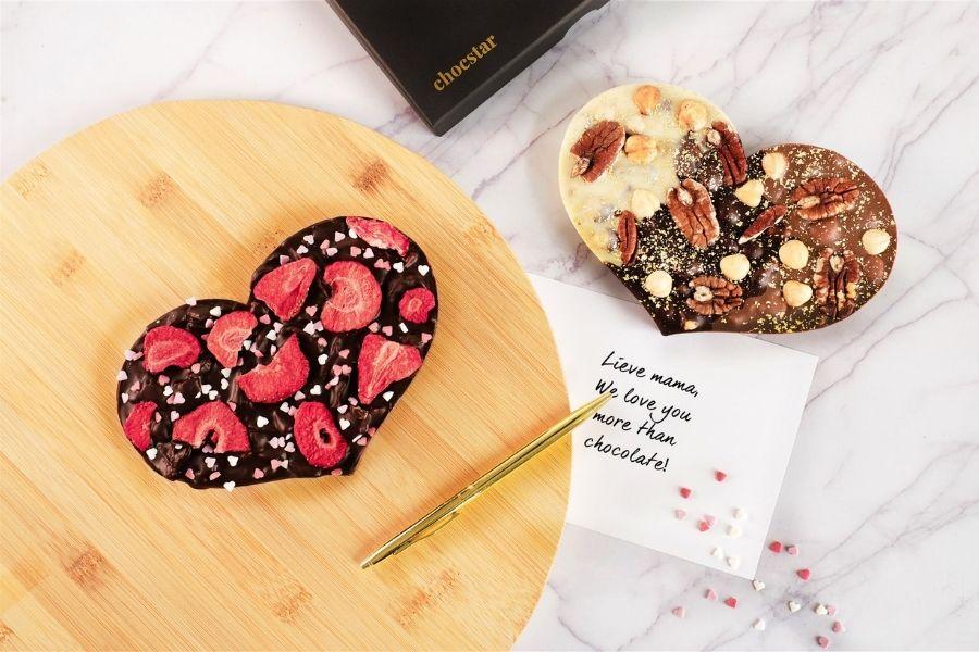 Handgemaakte chocolade harten om te versturen met Moederdag