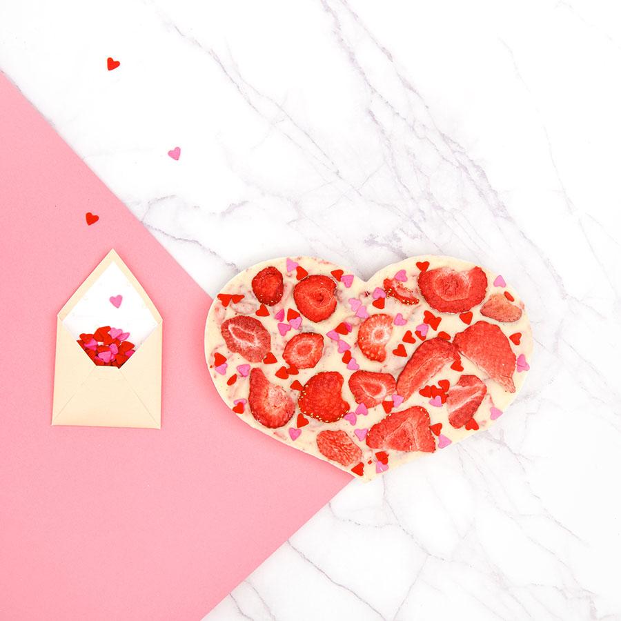 Deze Valentijnsdag doen we het anders, niks geen bosje bloemen of een karig kaartje. Nee, dit jaar pakken we uit met een uniek, origineel en persoonlijk valentijnsgeschenk rechtstreeks in de brievenbus van jouw Valentijn. Een gepersonaliseerde chocoladereep of een zelf samen te stellen hart van chocolade bijvoorbeeld!