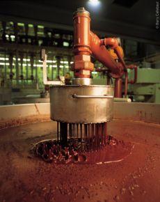 Nadat de bonen zijn geroosterd worden ze gemalen tot een superfijne cacaomassa