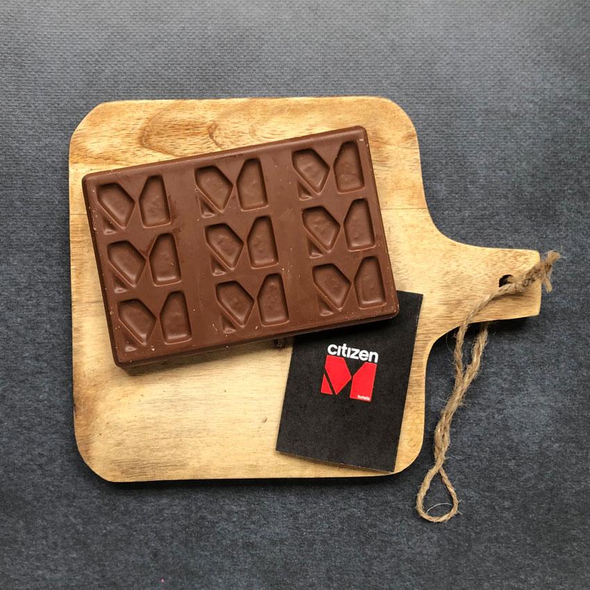 Een gepersonaliseerde chocoladereep met het logo van Citizen M in de chocoladereep