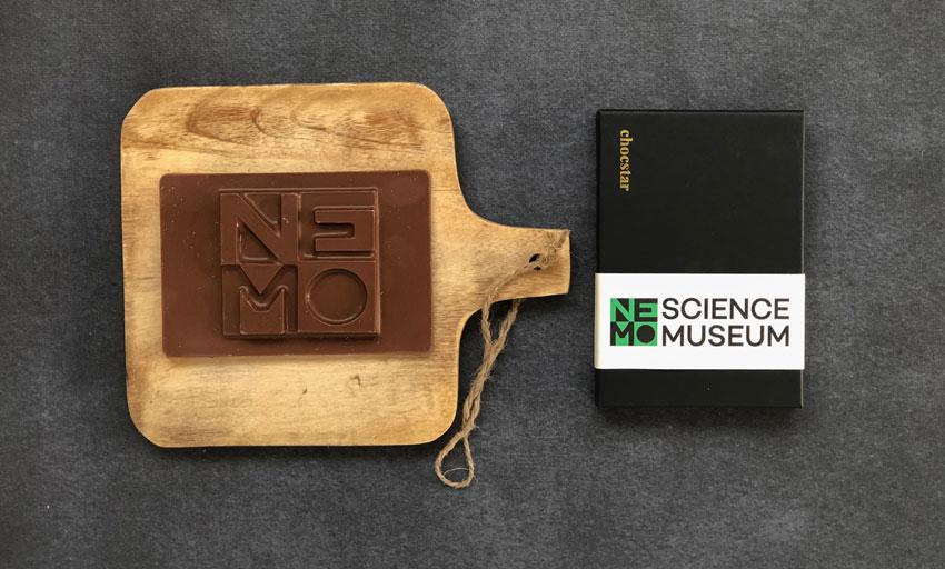 Een relatiegeschenk van chocolade met het logo van Museum Nemo in Amsterdam