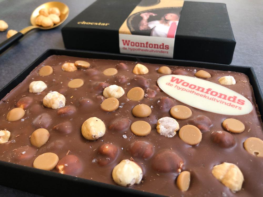 Een chocoladereep met een schildje van chocolade voor woonfonds