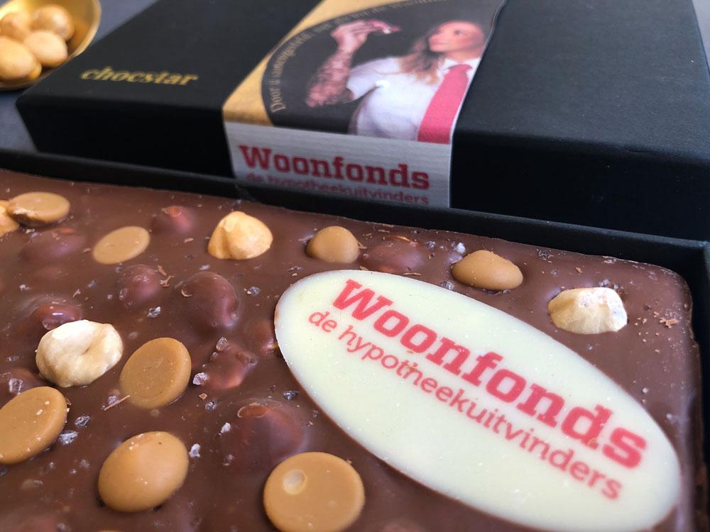 Een chocoladereep met een schildje van witte chocolade bedrukt met een logo in eetbare inkt
