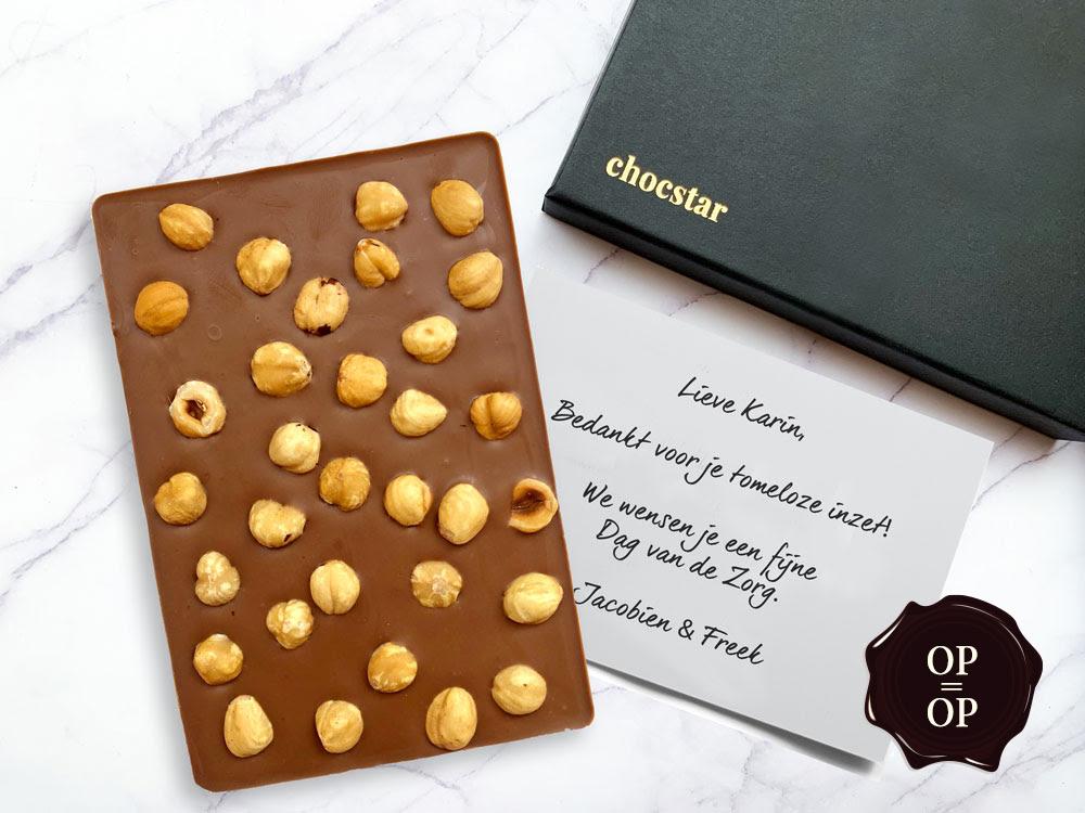 Chocoladereep met hazelnoten en een cadeauverpakking met een boodschap