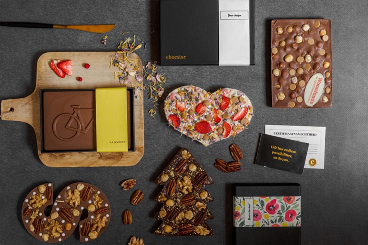 Een overzicht van verschillende chocoladevormen; chocoladeharten, chocoladeletters